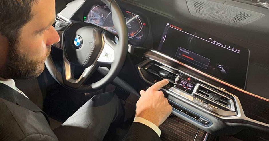 Subir y bajar el volumen sin tocar algún comando es una de las opciones. Cortesía BMW Costa Rica/La República