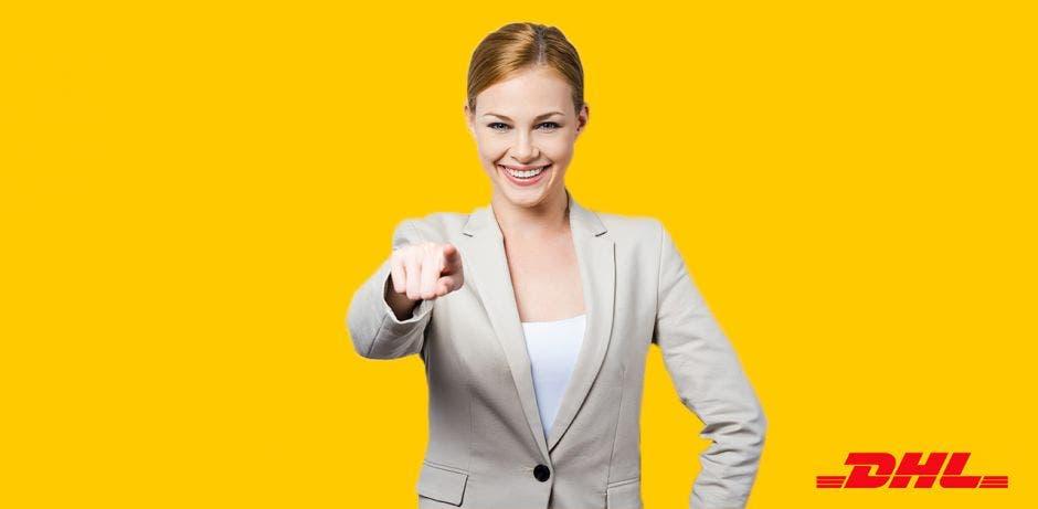 mujer rubia con traje entero