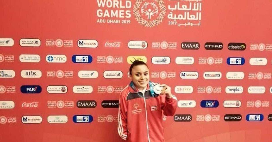 María Guadalupe Flores celebró con su medalla luego de la prueba de gimnasia rítmica. Cortesía JMVOE/La República