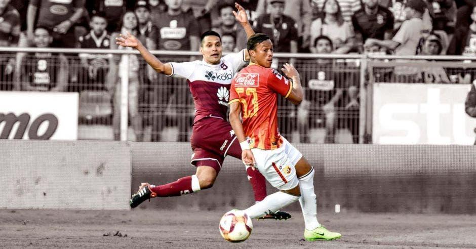 Los más recientes desaciertos arbitrales vuelven a poner sobre la mesa la necesidad de la tecnología en el fútbol nacional. Saprissa/La República