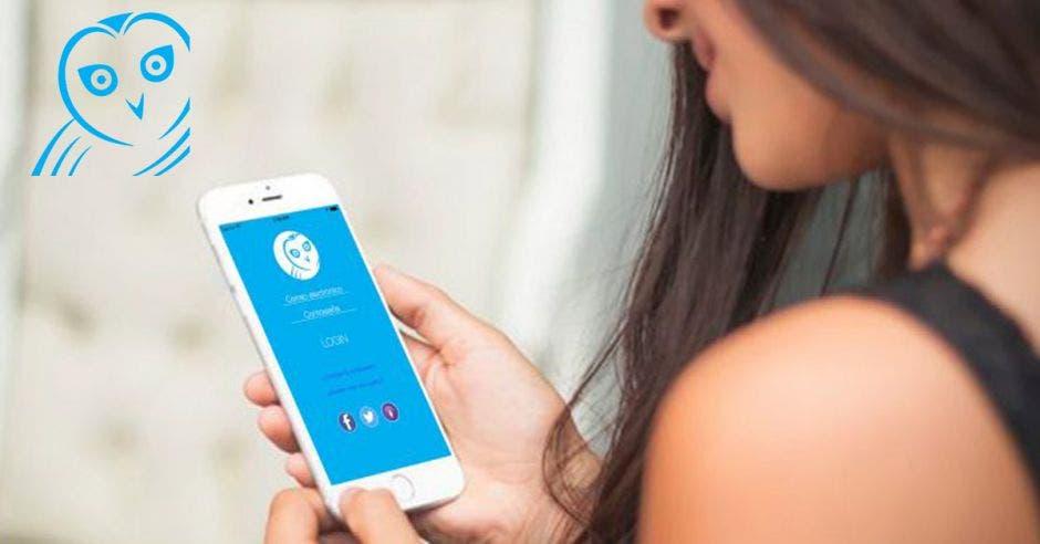 mujer usando el celular