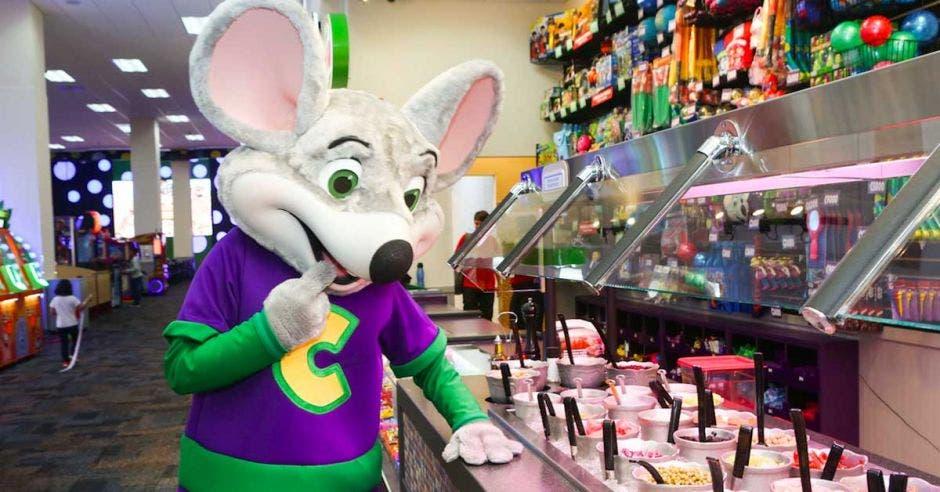 ratón, mascota de Chuck E. Cheese's, jugando