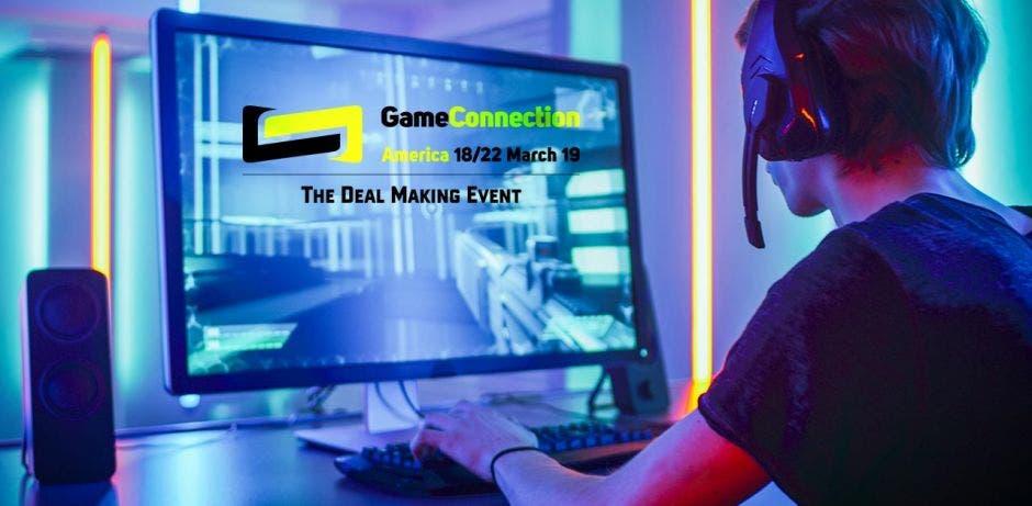 Un joven juega videojuegos