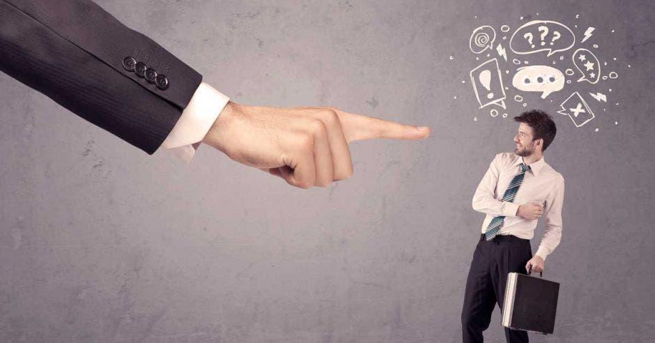 Un dedo acusador a un empleado