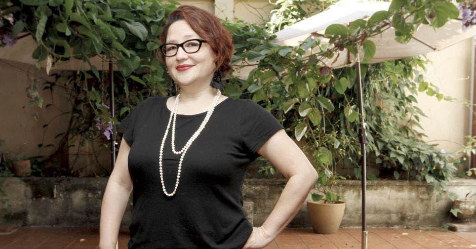 Larissa Arroyo posa en el jardín de Manos en la Masa