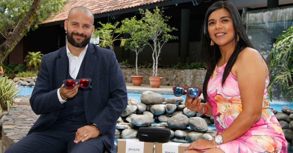 Daniel Castro, gerente de Teknova Solutions, junto a Yorleny Rojas