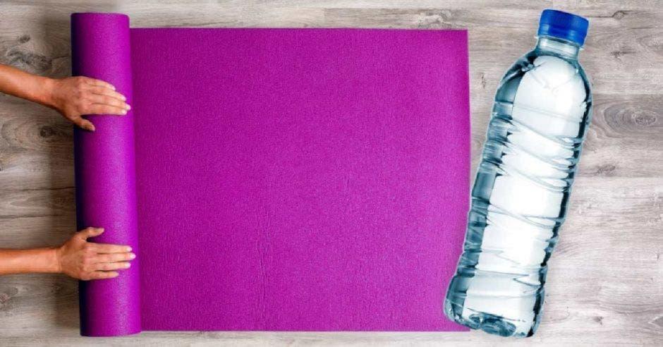 Yoga mat y botella de agua