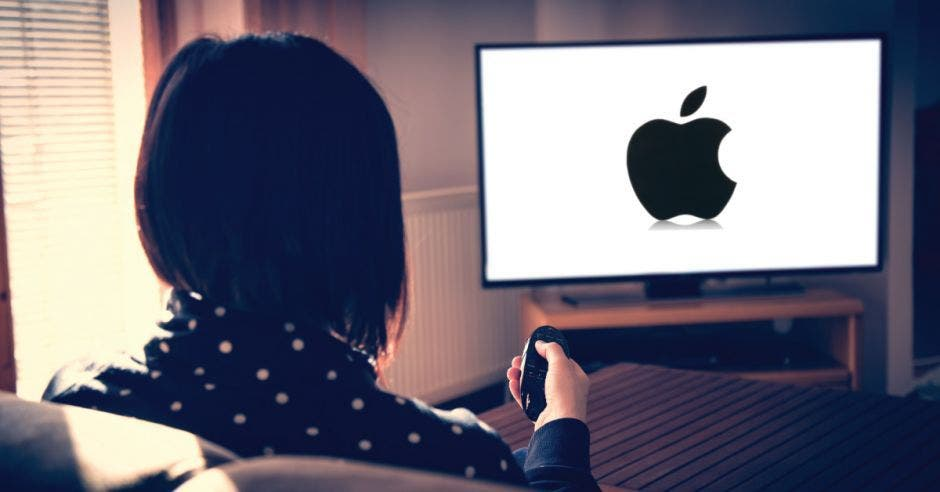 Persona viendo Apple TV