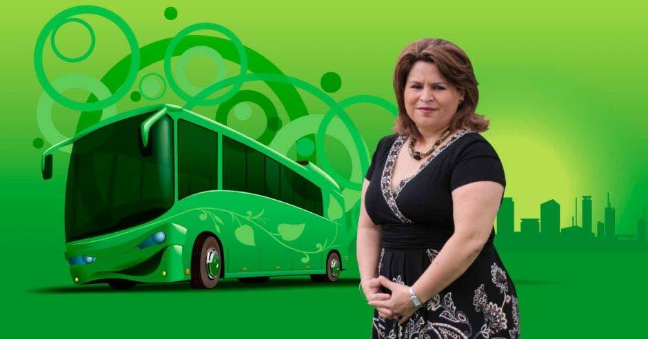 Silvia Bolaños posa junto a un autobús