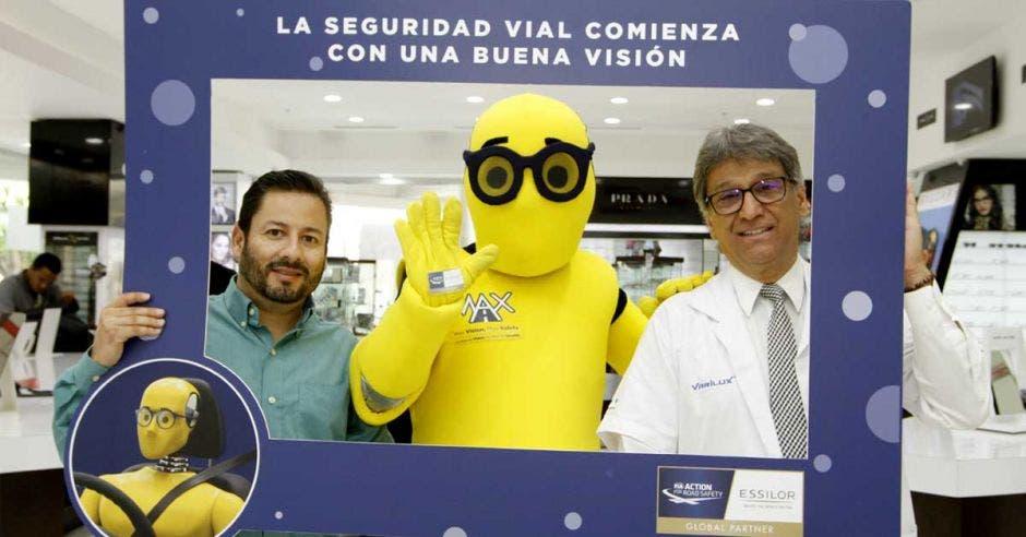 mascota Max junto a Adrián Bonilla