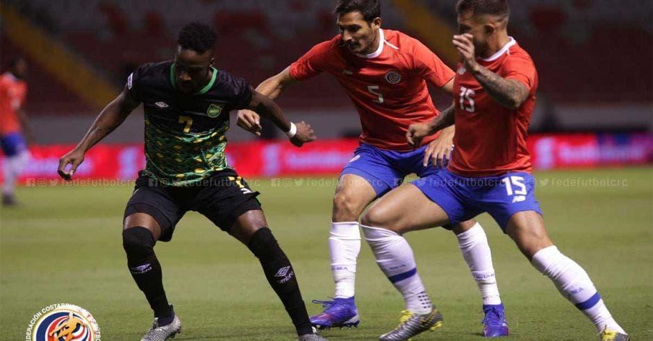 Costa Rica mostró dificultades para armar juego en medio campo pero un gol lo sacó del apuro. Fedefútbol/La República