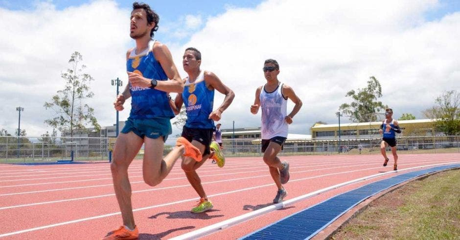 """""""La verdad me alegra mucho que ya tres universidades públicas del país —UCR, UNA y TEC— tengan su propia pista de atletismo sintética"""", dijo Daniel Johanning, atleta nacional. TEC/La República"""