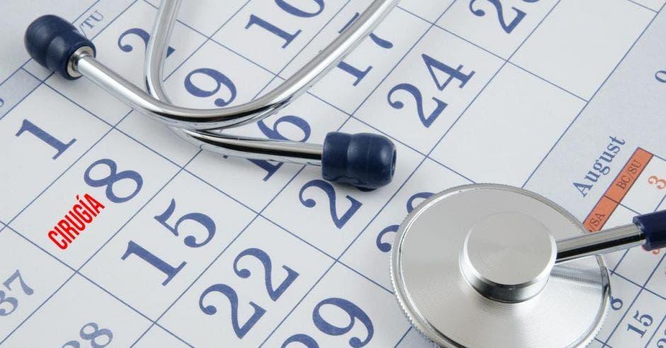 Calendario y un estetoscopio