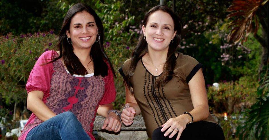 Dos mujeres sentadas que son hermanas emprendedoras de una tienda