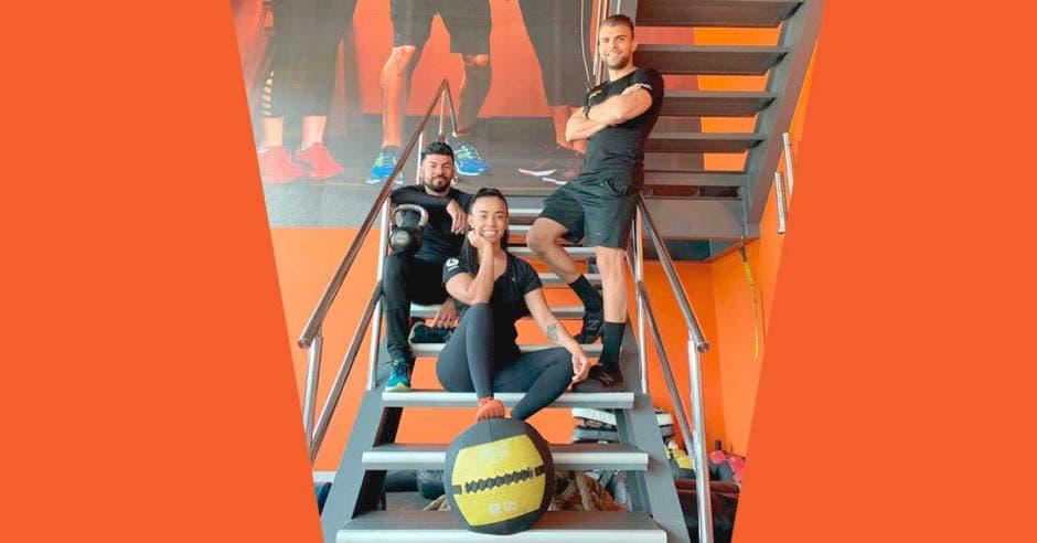 """""""Los entrenadores de Gold's Gym están altamente calificados para ayudar a mejorar la técnica de los clientes, hacer que supere los estados de estancamiento y que realicen su propio programa personalizado"""", dijo Jasson Rodríguez, entrenador de Gold's Gym Moravia. Cortesía GG/La República"""