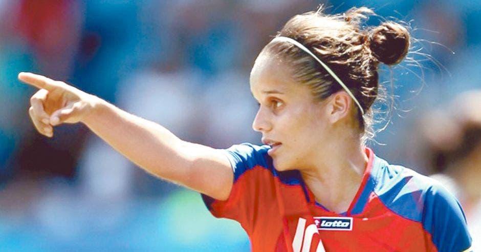 Jugadora de futból con el uniforme de la selección de futbol de Costa Rica