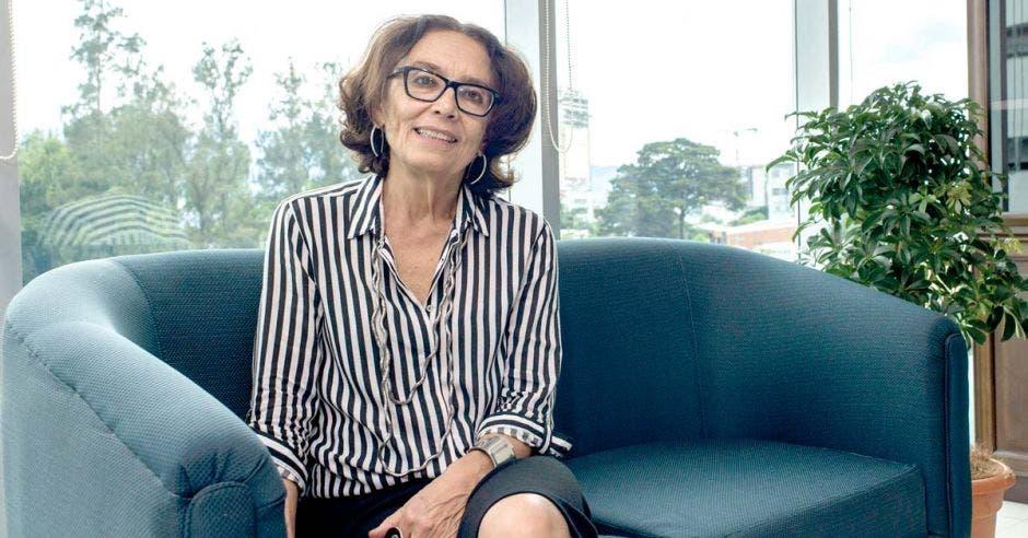 Patricia Mora posa en un sillón en su oficina