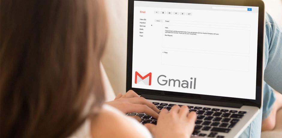 Una mujer usa Gmail en su computadora