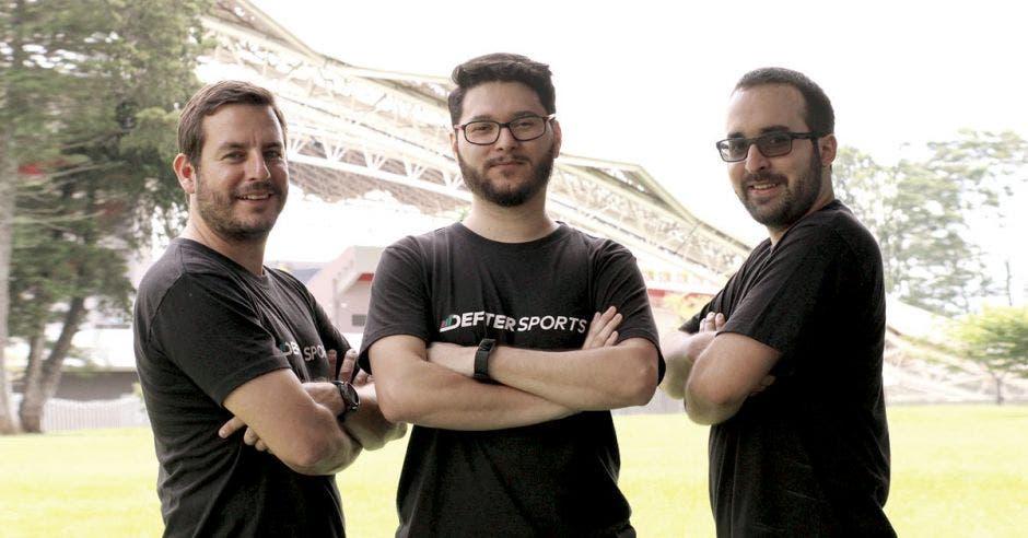 Helberth Delgado, Mauricio Varela y David Vives, desarrolladores de Cantera, participaron en la feria de negocios de fútbol Soccerex 2018 para dar a conocer la app. Defter Sports/La República