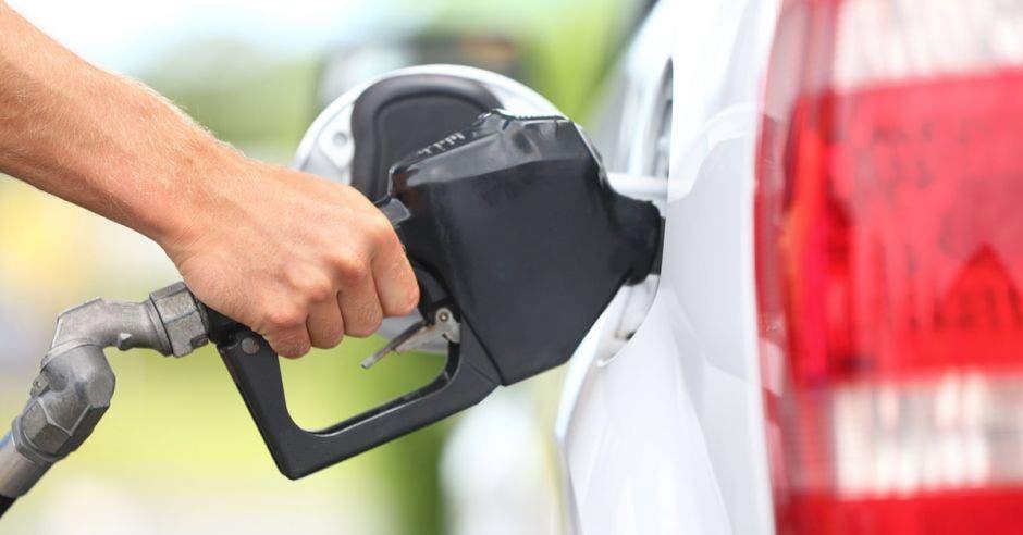 Aunque el precio sugerido de la mezcla significaría una reducción del ₡7 por litro con respecto al de la gasolina Súper, el impacto económico para el tico a largo plazo genera recelo en los presidentes de las organizaciones de protección del consumidor. Shutterstock/La República