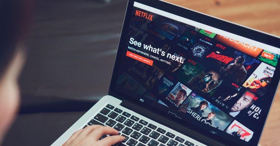 Una computadora con Netflix funcionando