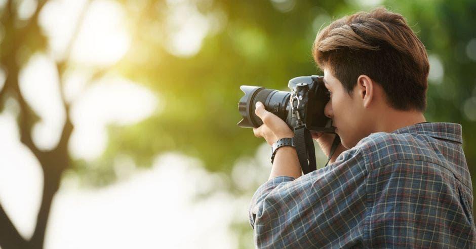 persona con una cámara de fotos en la mano