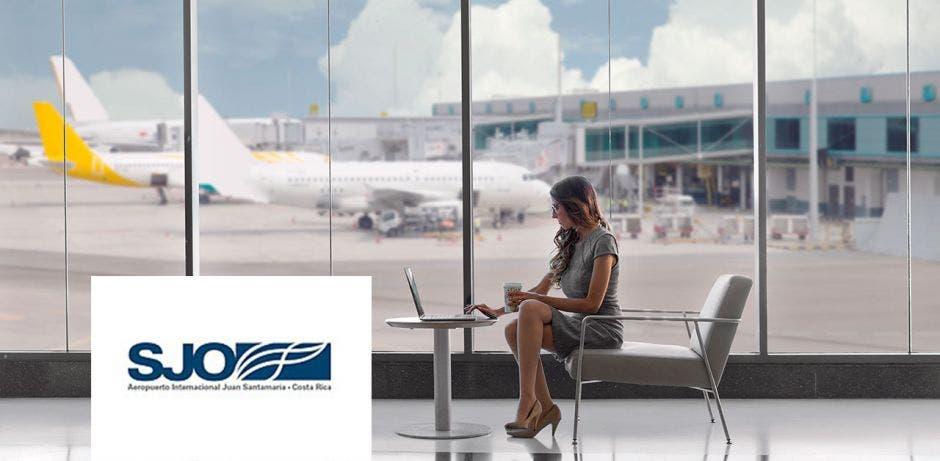 persona en sala de abordaje de aeropuerto