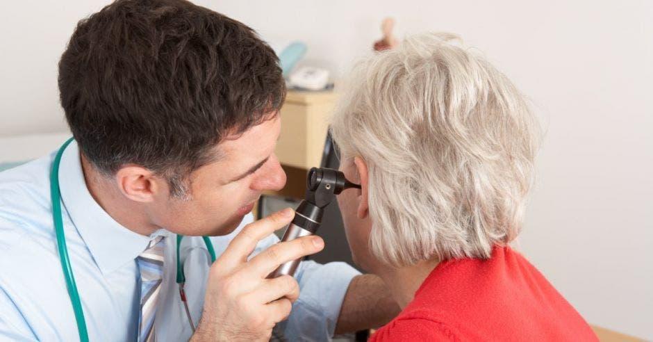 Doctor revisa a paciente