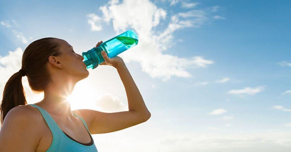 Mujer hidratándose