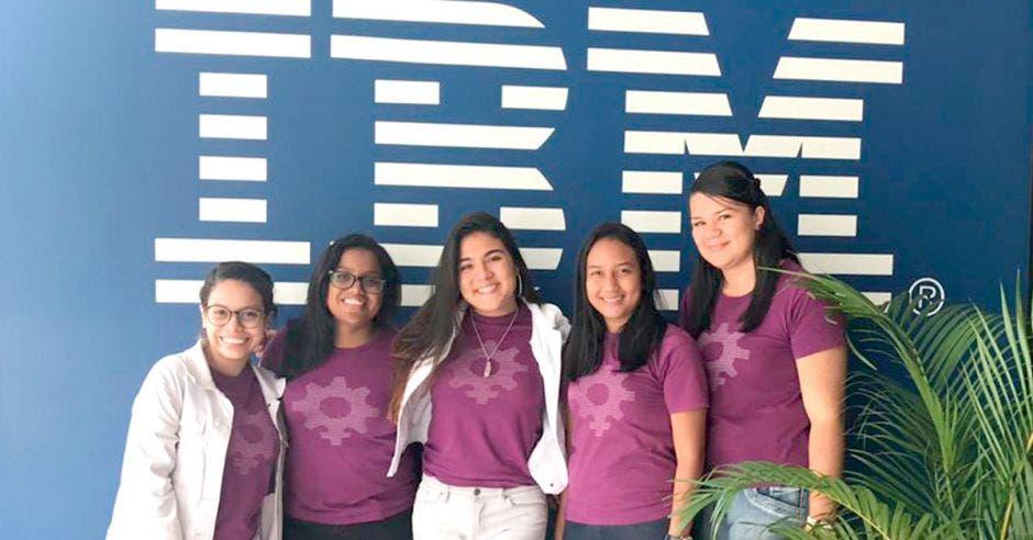 Gabriela Báez, Joselyn Calderón, Michelle Rodríguez, Kyria Peña y Mariana Salazar, desarrolladores de la app Soy LESCO, desean que a futuro entidades educativas implementen su proyecto. Cortesía/La República
