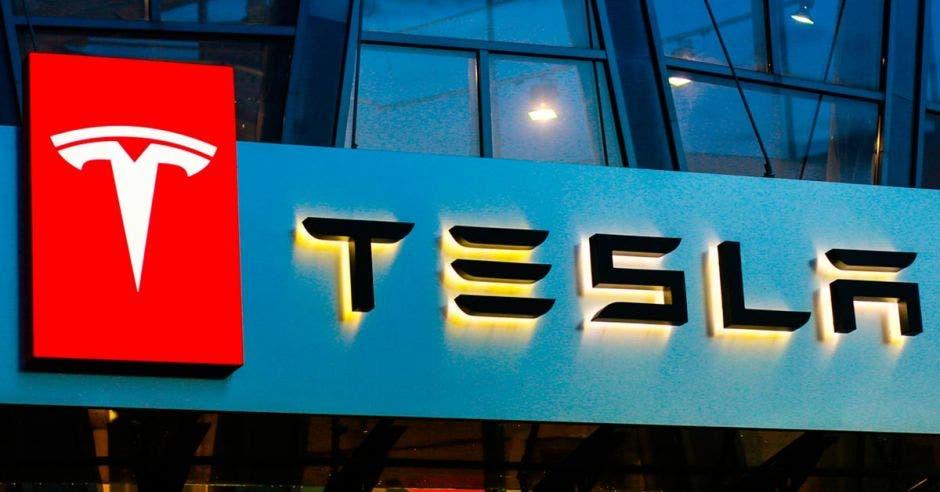 Logo de Tesla color rojo