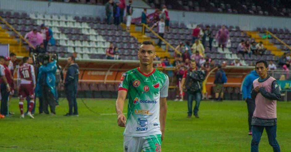 Bryan Rojas, el goleador de Carmelita, viajó al fútbol de Noruega y eso afectó al equipo.