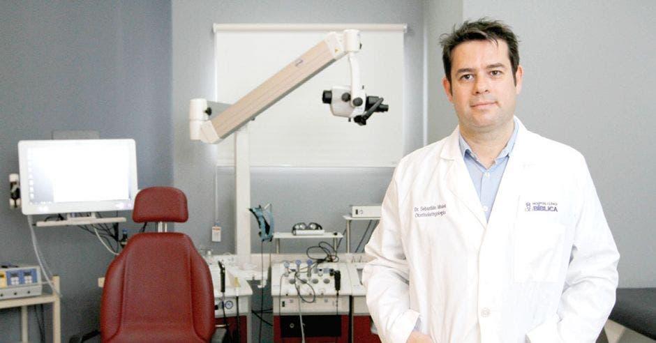 Sebastián Malek en su consultorio