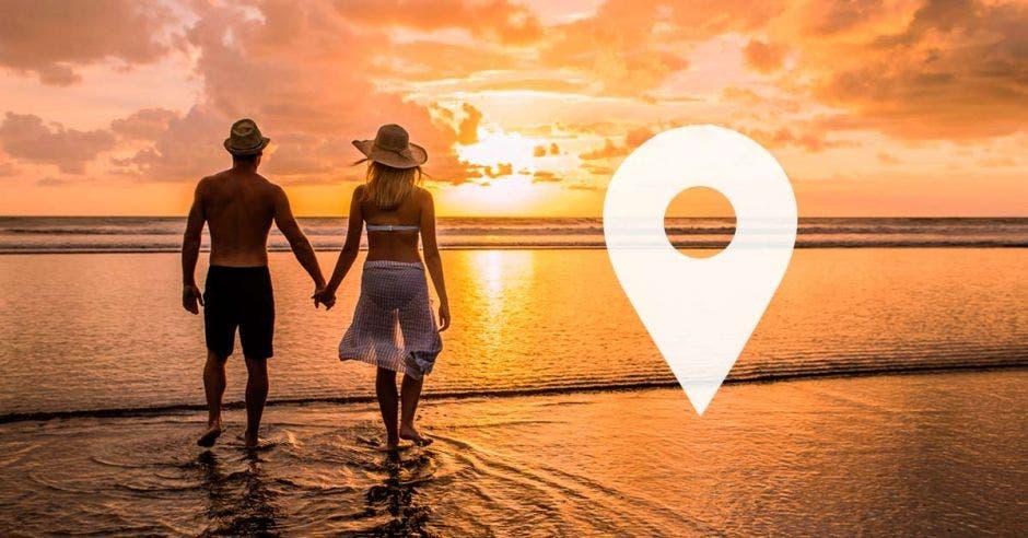 pareja de la mano por la playa