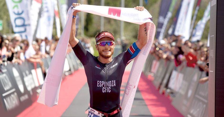288172753e9e Tico ganador de Ironman entró en la historia del deporte griego