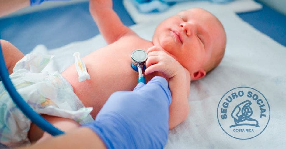 Recién nacido siendo atendido por un doctor