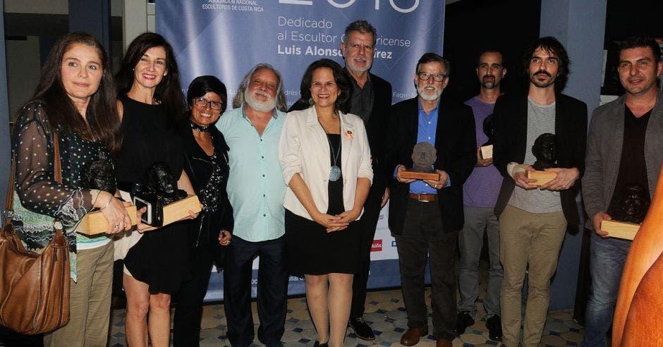 Los artistas ganadores del premio de escultura ANESCO de 2018, junto a autoridades del país