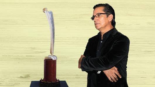 """El escultor Luis Alonso Ramírez junto a su obra """"Purificación."""