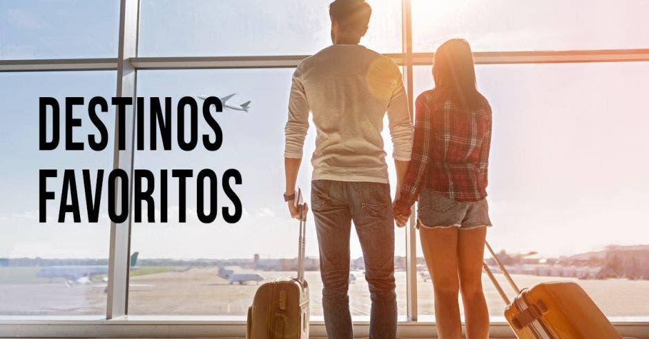 pareja en el aeropuerto