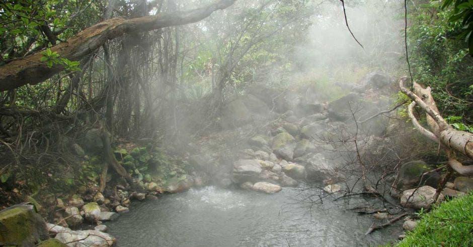 Laguna caliente dentro de los terrenos del volcán Rincón de la Vieja.