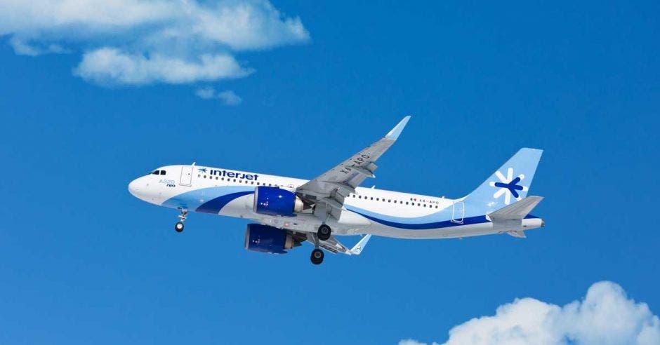 avión con adornos celestes