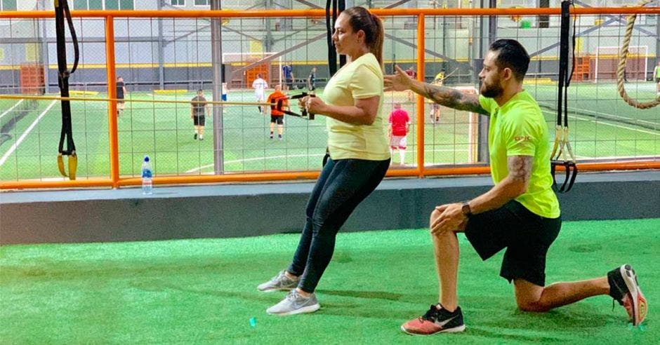 Rafael Jaime López, entrenador de Gold's Gym Guayabos, se encarga de acompañar a las personas que tengan dudas o requieran asistencia para los ejercicios. Cortesía/La República