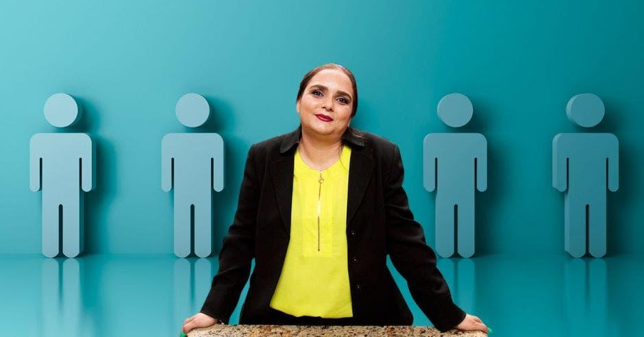 Una mujer mira al frente mientras al fondo tiene una imagen relacionada con empleos