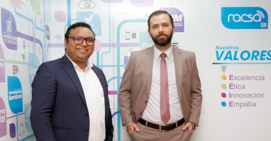 Richard Maldonado, especialista en soluciones de Data Center y Neithan Rojas, asesor comercial de RACSA para el Sector Gobierno