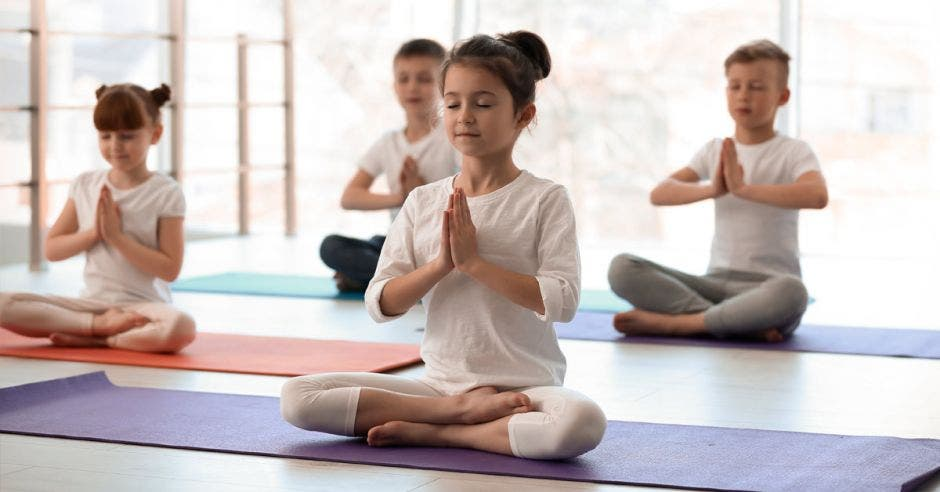 Varios niños haciendo yoga