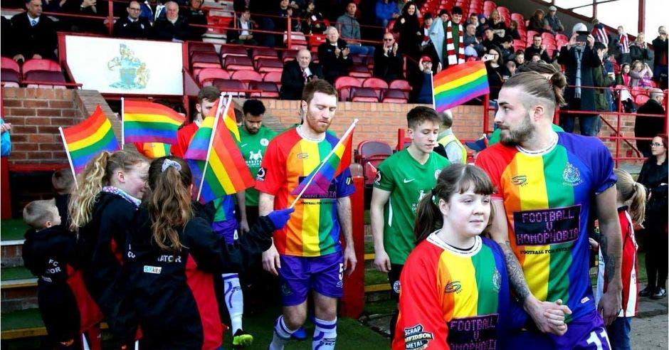 La comunidad apoya al equipo y sus colores. BBC/La República