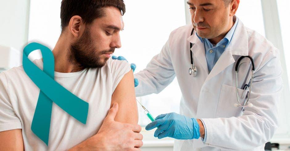 hombre recibiendo una vacuna de parte de un doctor