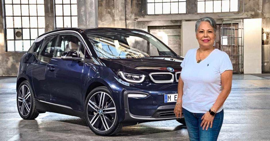 Roxana Gámez es dueña de un BMW i3. Montaje/La República