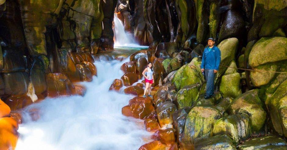Las formaciones rocosas y la caída de agua son un espectáculo natural. Cortesía Jarquín Extreme Drone/La República