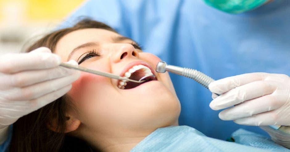 Una mujer siendo atendida por un odontólogo